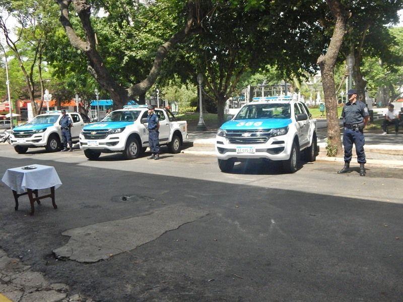 tres-camionetas-policia