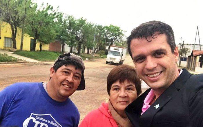 Enrique Cresto junto a vecinos en Concejal Veiga